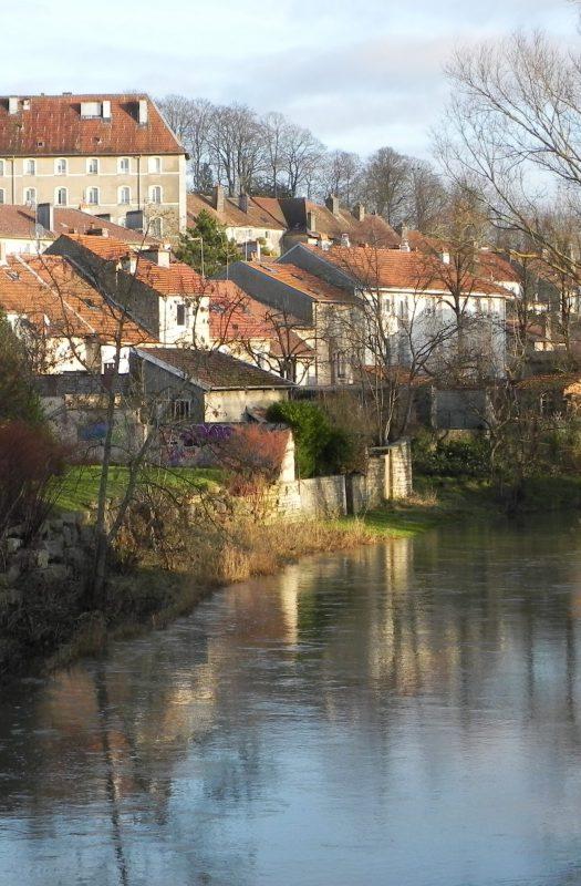 Photo du village de Neufchâteau en bord de Semois, commune qui accepte l'Ardoise